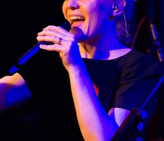 Sängerin Bine Trinker singt live im Jazzclub Unterfahrt, München