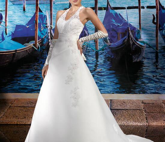 Beispiel: Eleganz für den schönsten Tag im Leben, Foto: Oprée Brautmoden.