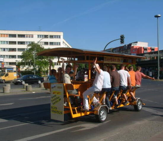 Beispiel: Lustige Idee für den Junggesllenabschied, Foto: BierBike Berlin.