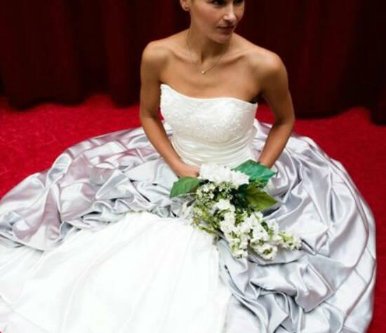 Beispiel: Individuelle Hochzeitskleider, Foto: Hochzeitsmoden Diener.