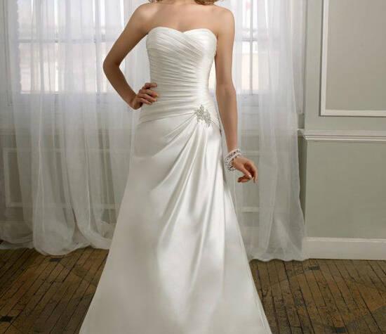 Beispiel: Schickes Brautkleid, Foto: Silhouette.