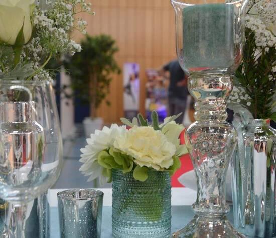 Tischdekoration in Silber und Eisblau