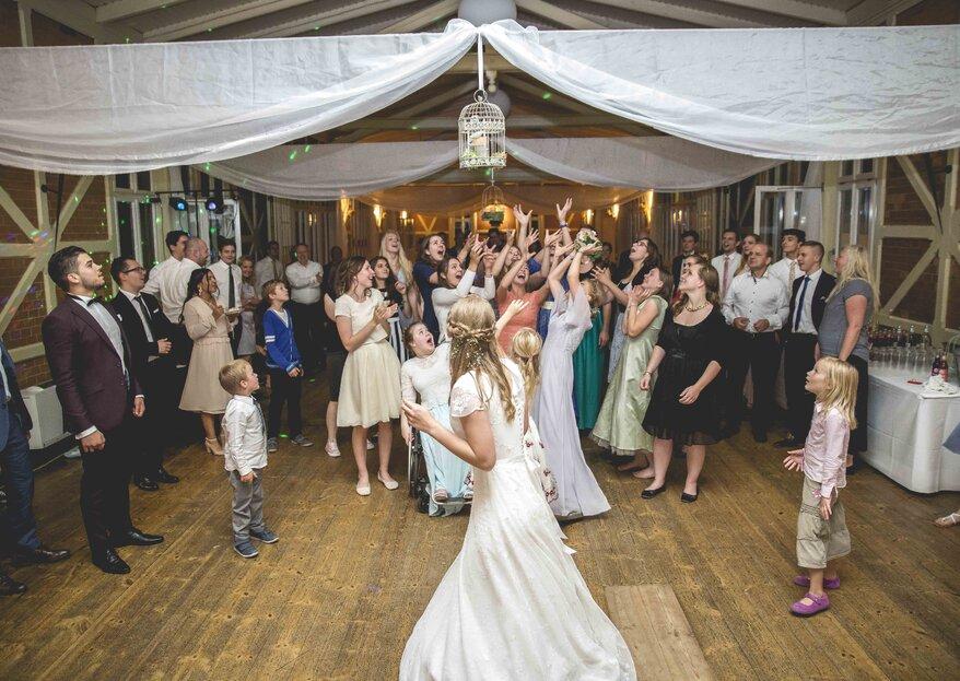 Den Brautstrauß werfen: Tipps, Trends und Alternativen zu dieser beliebten Hochzeitstradition!