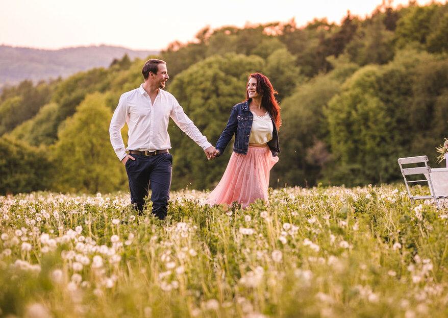 Romantische Gefühle bei Sonnenuntergang: Engagement-Shooting auf der Pusteblumenwiese